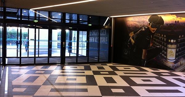 Photo  tapis d'accueil instalé par 2Dmat au centre commercial Vélisy 2. Situé en région parisienne, Vélizy 2 est un des plus grands centre commerciaux de France. il possède de nombreux magasins, mais aussi des restaurants, un cinéma UGC et un supermarché Auchan. Toutes les grandes enseignes sont présentes.